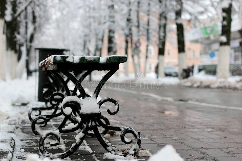 长凳冬天边路 库存照片