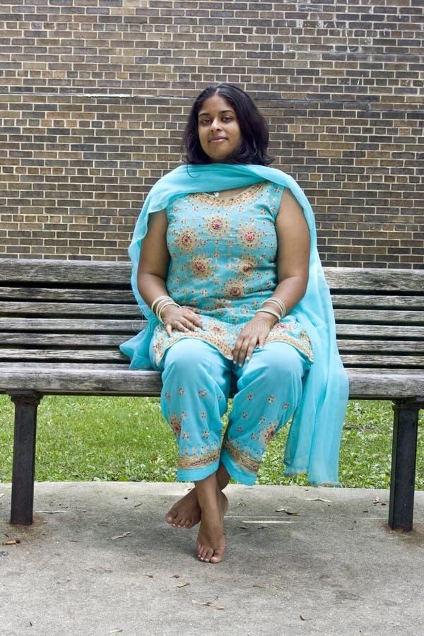 长凳印第安妇女年轻人 免版税库存照片