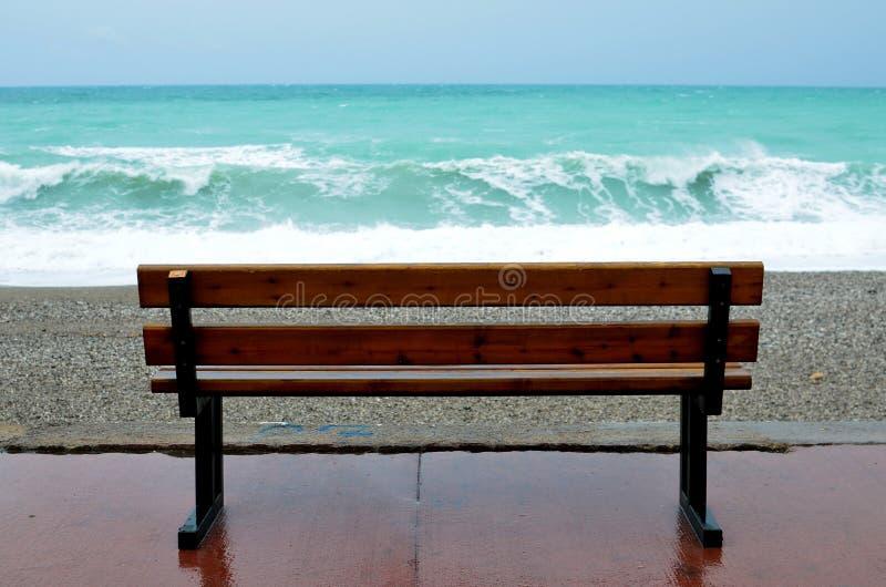 长凳和海波浪 免版税库存照片