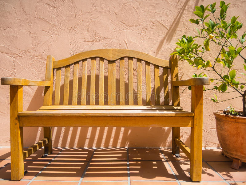 长凳和盆的植物 免版税库存图片