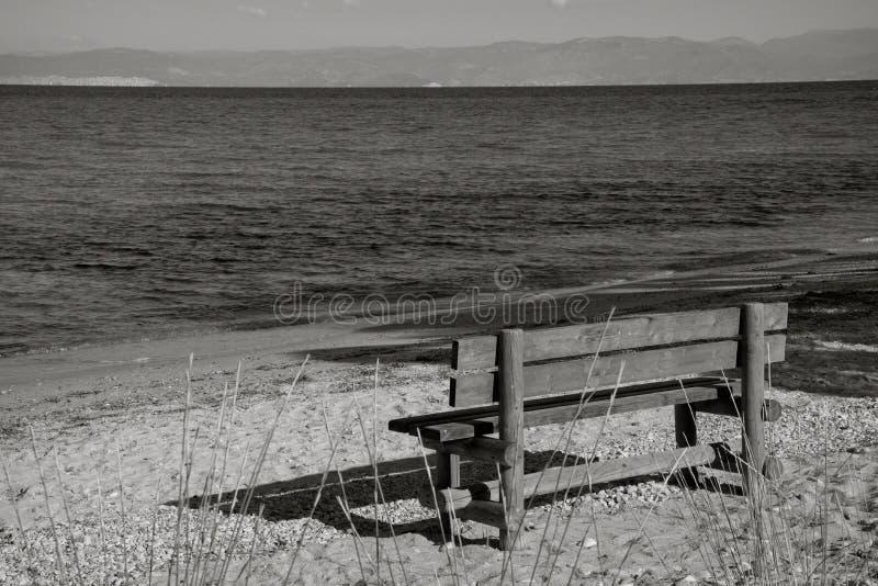 长凳和蓝色海 图库摄影