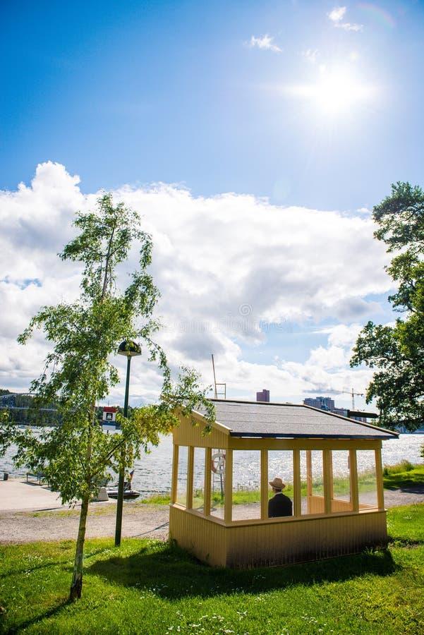 长凳和水 库存图片