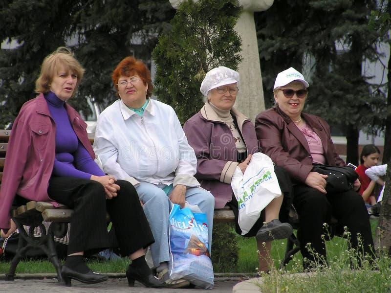 长凳四坐妇女 免版税库存照片