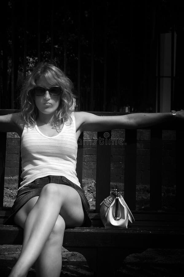 长凳女孩公园 免版税库存图片