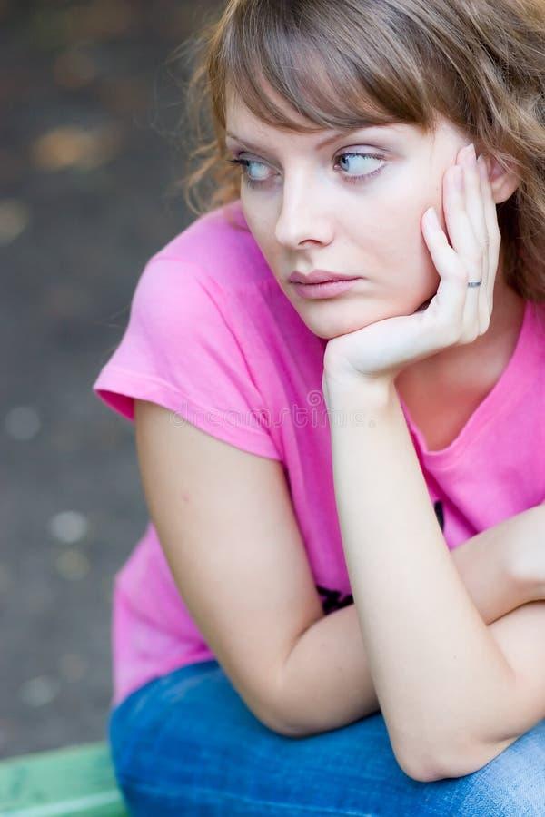 长凳妇女年轻人 图库摄影