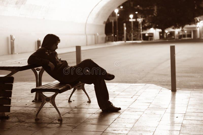 长凳孤独的人 免版税库存图片