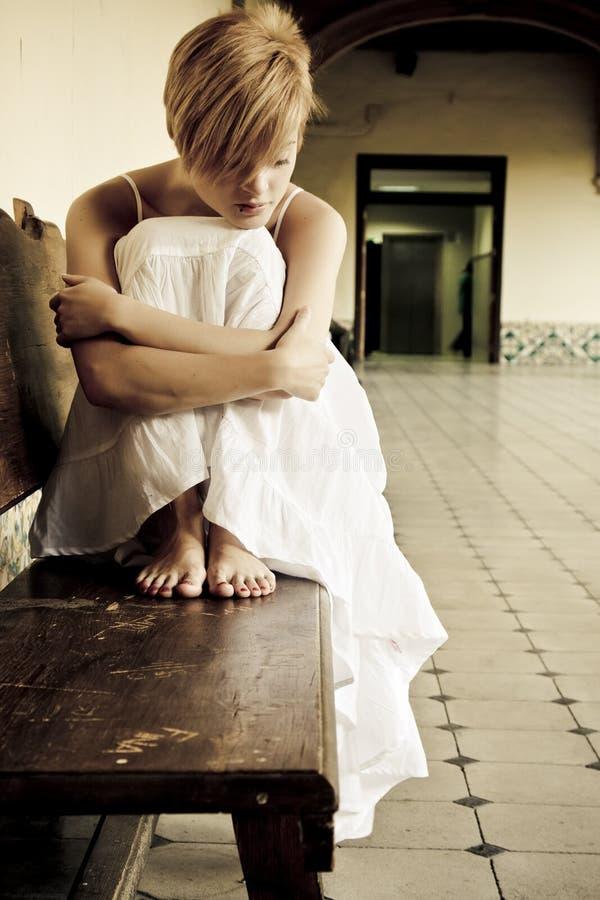 长凳孤立妇女 免版税库存照片