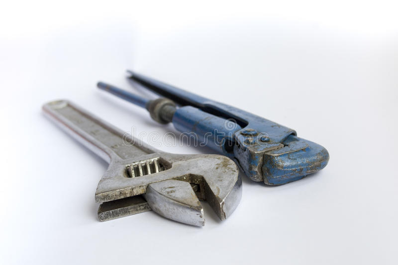 长凳工具和一把可调整的管扳手 免版税库存图片