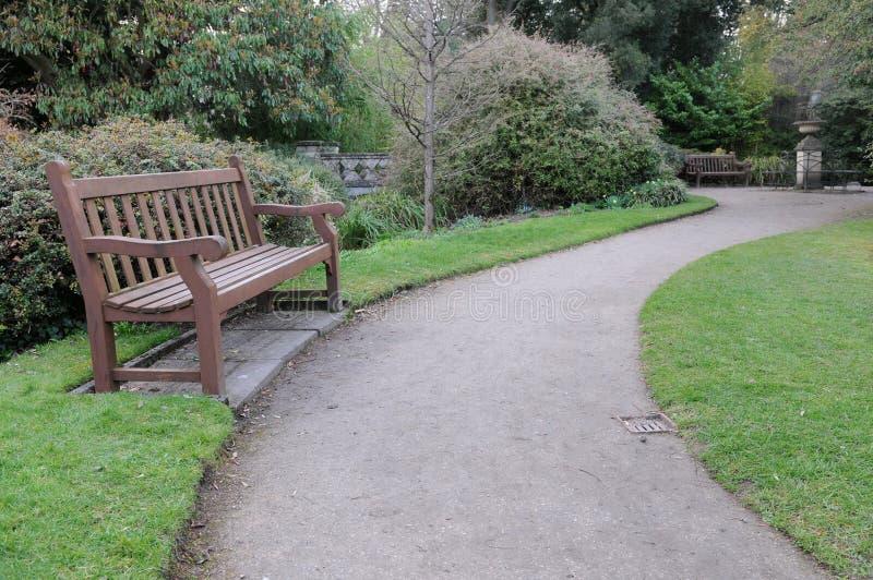 长凳庭院路径绕 图库摄影