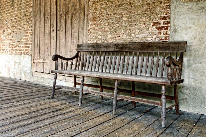 长凳有历史的房子老门廊 库存照片