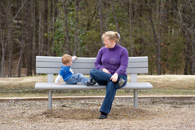 长凳母亲公园儿子 库存照片
