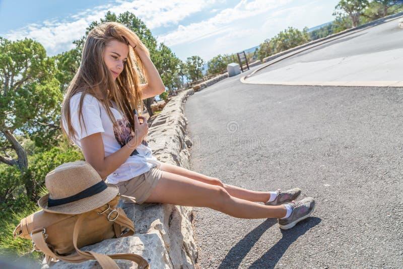 长凳的女孩 免版税库存图片