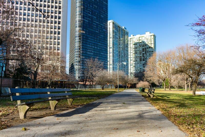 长凳被排行的道路在有居民住房的埃济沃特芝加哥 免版税库存照片