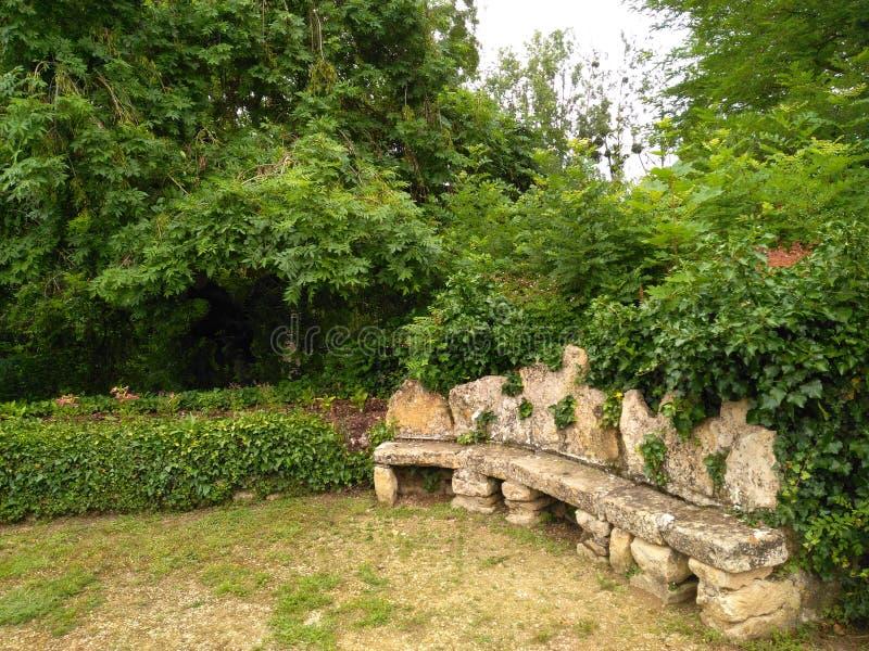 长凳XI世纪庭院边 免版税图库摄影
