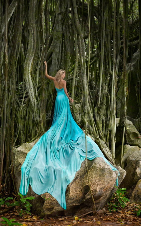 长发,极端长的绿松石打扮了妇女用扼杀者无花果 免版税库存图片