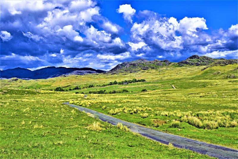 长和弯曲道路,在Wasdale头附近,湖区,西北部,英国 免版税库存照片
