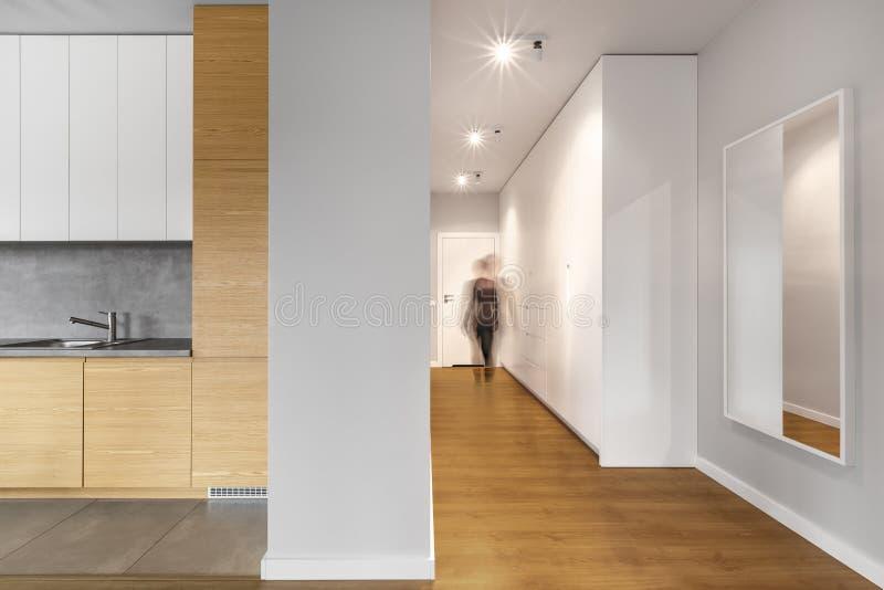 长和现代白色走廊 库存图片