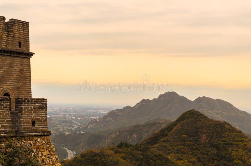 长城的看法在北京,中国在一多云天 库存图片