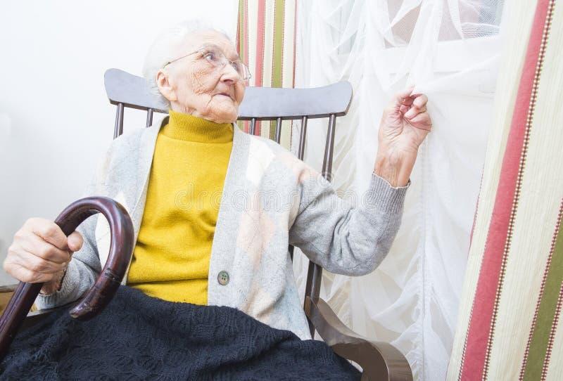 年长夫人等待的访客 免版税库存图片