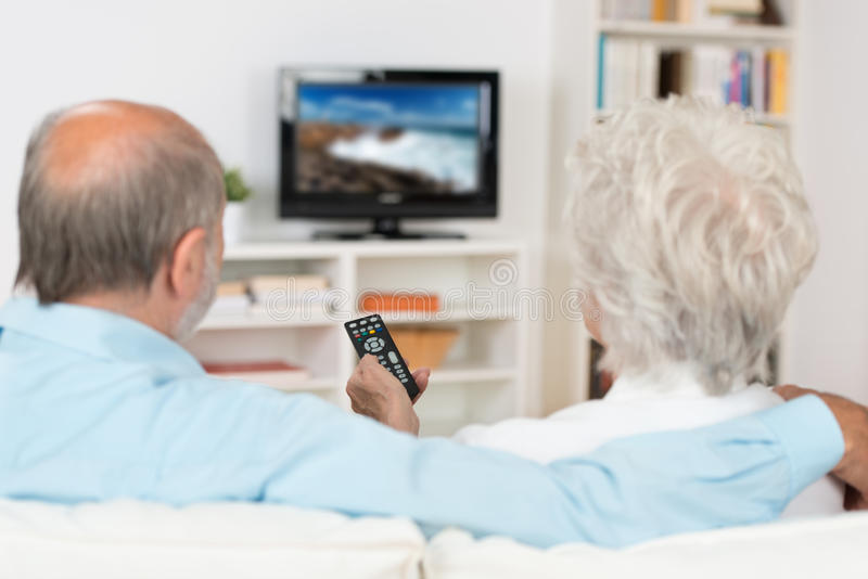 年长夫妇观看的电视 免版税库存图片
