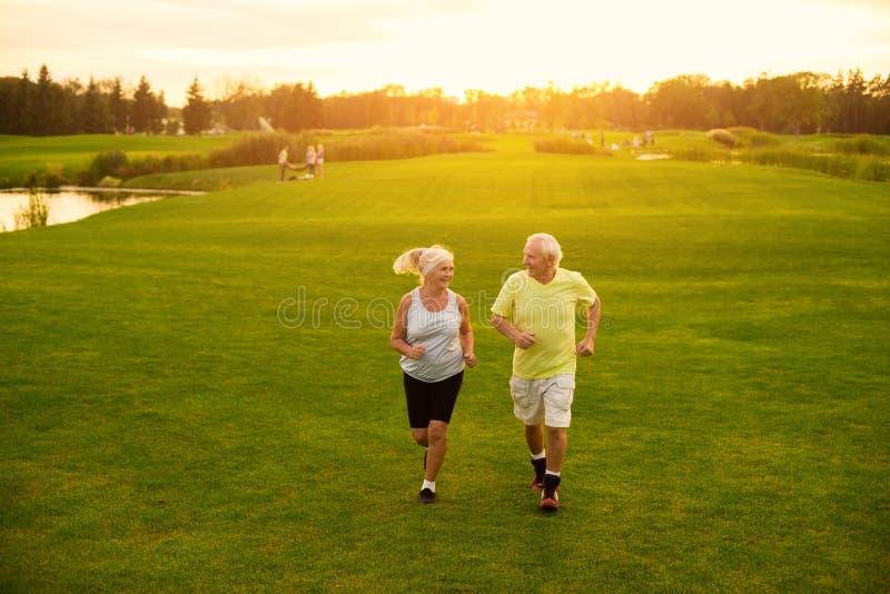 年长夫妇跑步 免版税库存照片