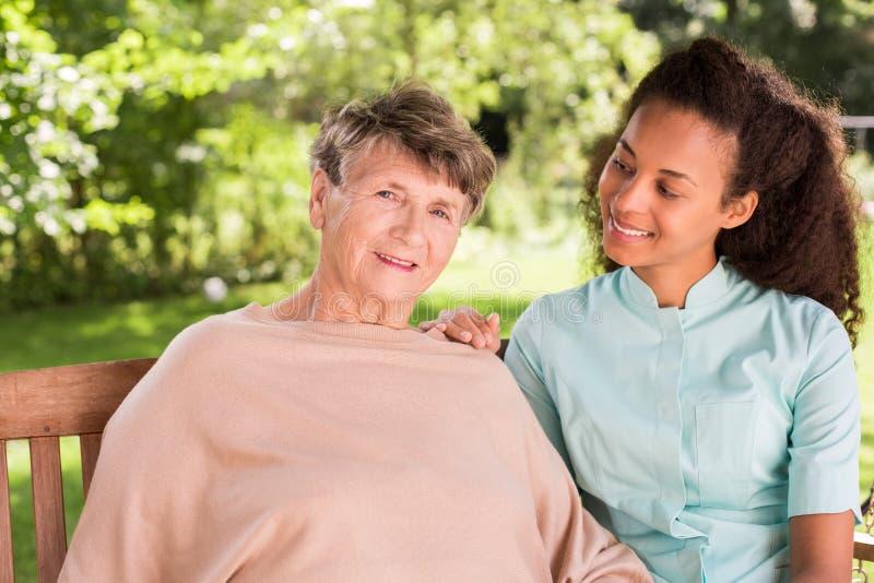 年长女性和私有护工 库存图片