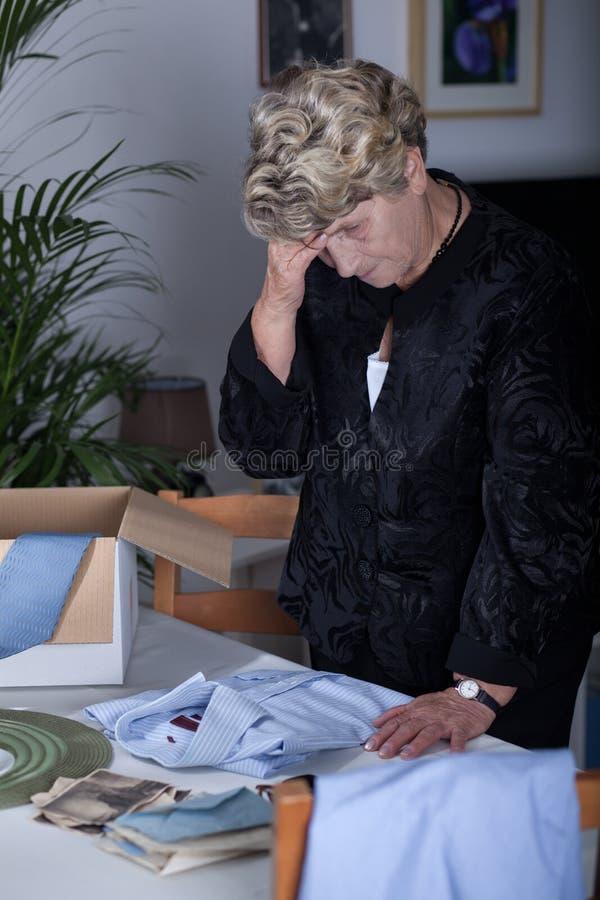 年长女性哀悼的丈夫 免版税图库摄影