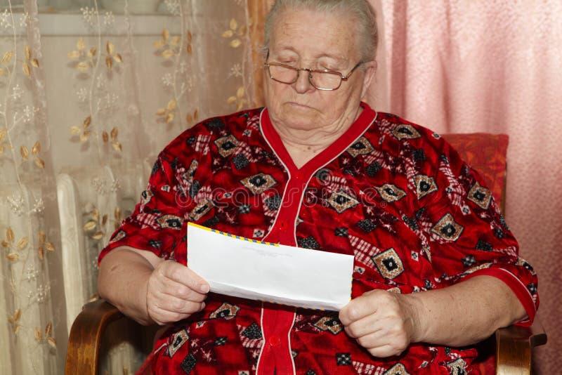 年长妇女和公开信 库存图片