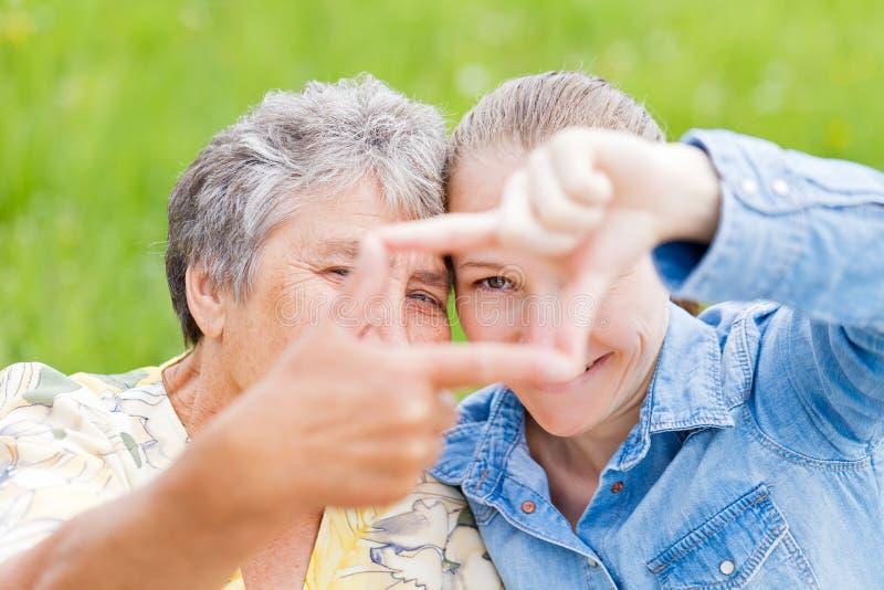 年长妇女和她的女儿 免版税库存图片