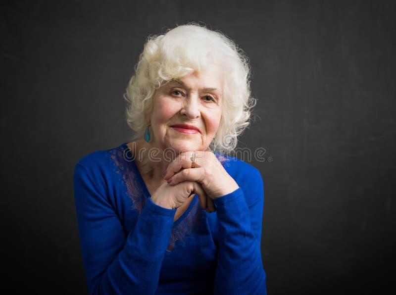 年长妇女愉快和美丽的画象  库存图片