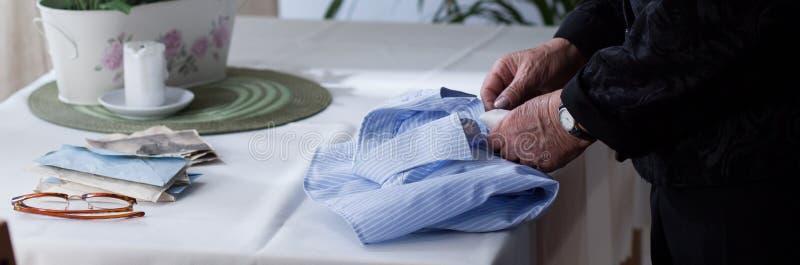 年长妇女折叠的人的衬衣 库存图片
