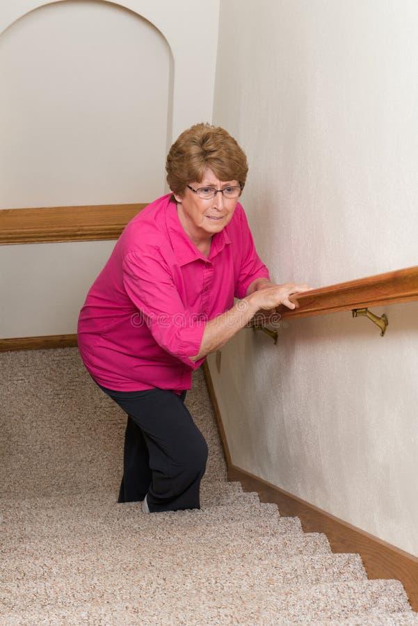 年长妇女攀登台阶流动性问题 免版税库存照片