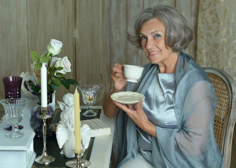 年长妇女饮用的茶 免版税库存照片
