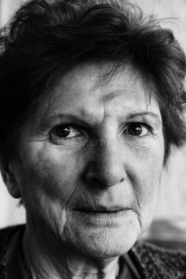 年长妇女画象黑白的 免版税库存照片