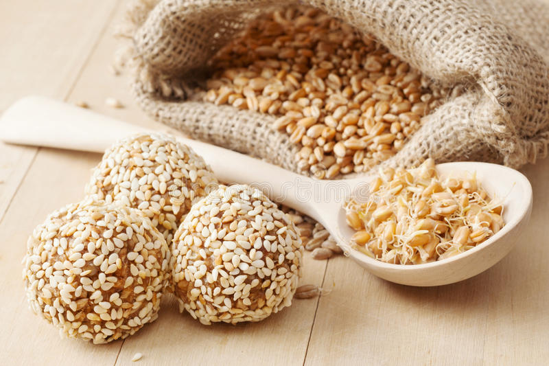 长寿的健康食物:从碎麦子的球  免版税库存照片