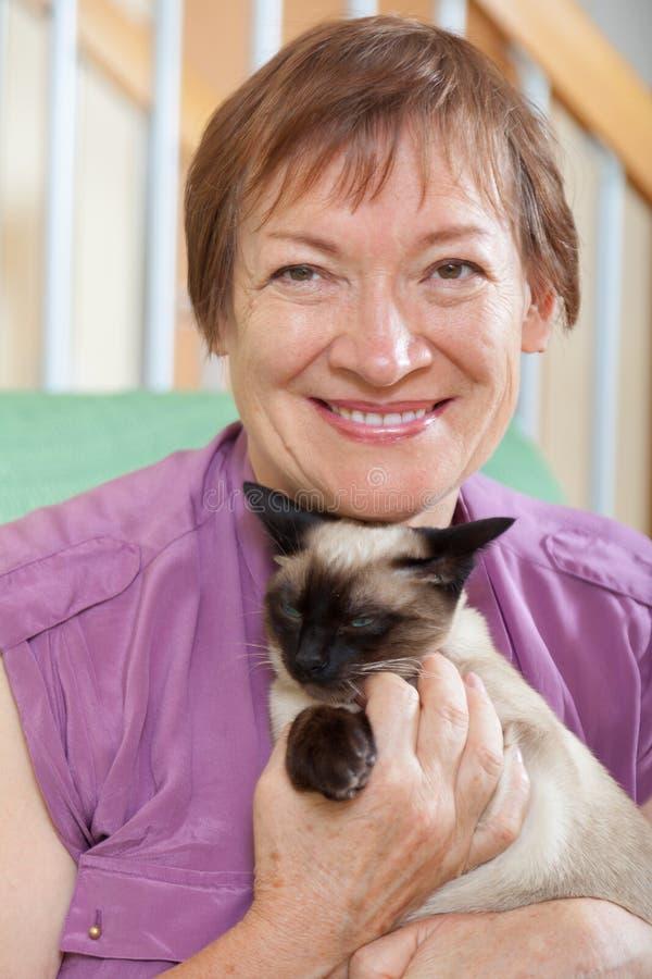 年长小猫妇女 库存图片
