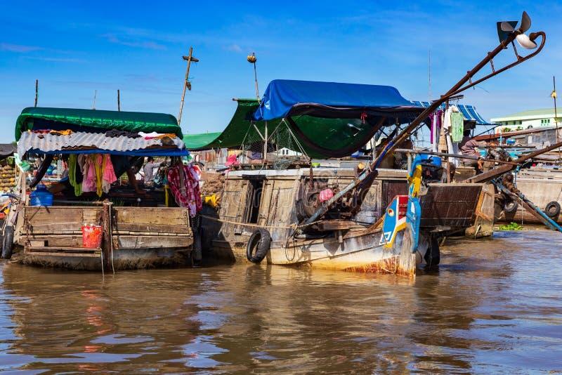 长尾巴小船、游艇和sampans在芹苴市,湄公河附近肩并肩停泊了三角洲,越南 库存照片