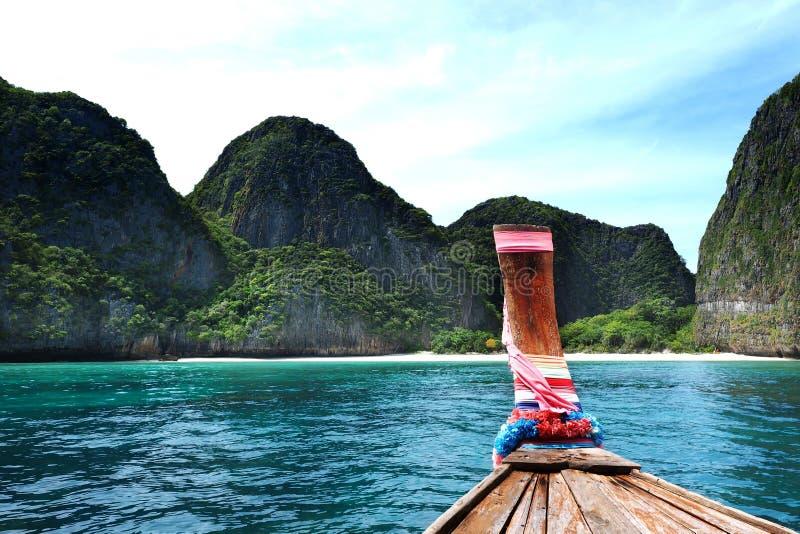 长尾巴小船天空蔚蓝背景玛雅人海湾,发埃发埃海岛泰国头  免版税库存照片