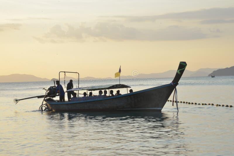 长尾巴航行经验的小船sillhouette在从披披群岛的安达曼海到莱莉海滩 免版税库存照片