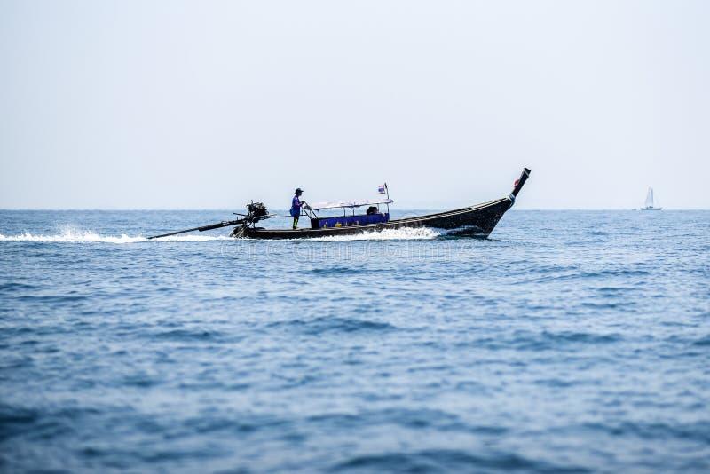 长尾巴在安达曼海, Krabi泰国的小船航行 免版税库存照片