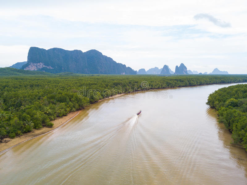 长尾巴小船鸟瞰图继续前进在美洲红树fo的运河 免版税库存照片