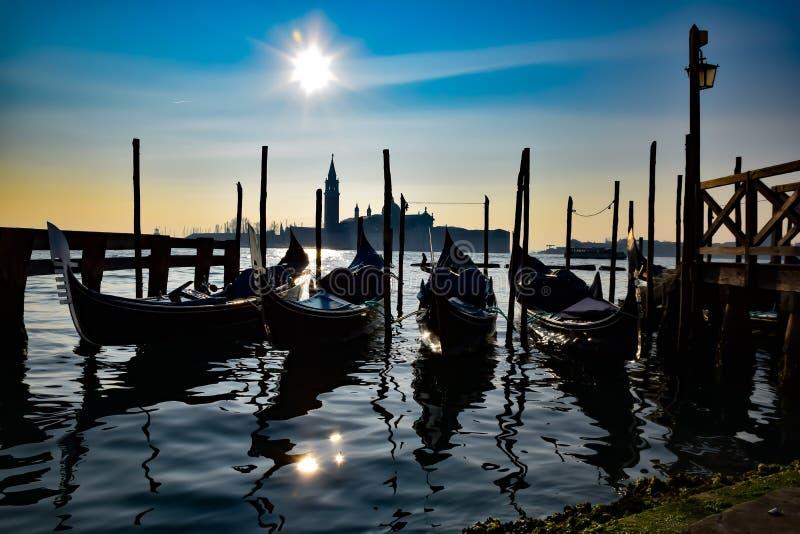 长平底船中止在威尼斯盐水湖 库存图片