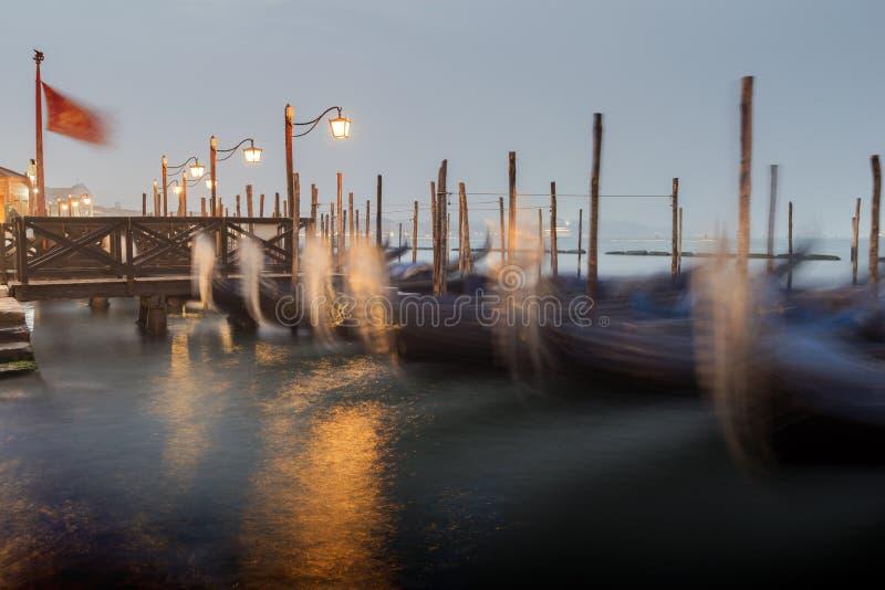 长平底船临近码头 免版税库存图片