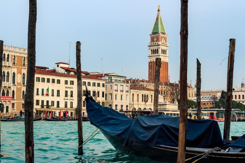 长平底船和圣马尔谷教堂大教堂在威尼斯 免版税库存图片