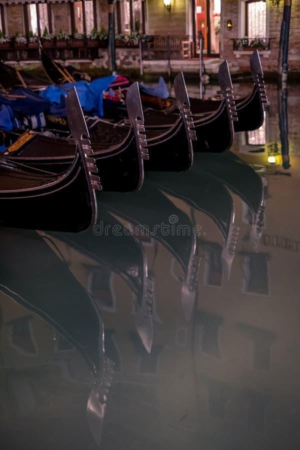 长平底船在一条运河停放了在威尼斯,显示装饰耶老岛/铁的意大利在小船和risso的弓 免版税库存图片