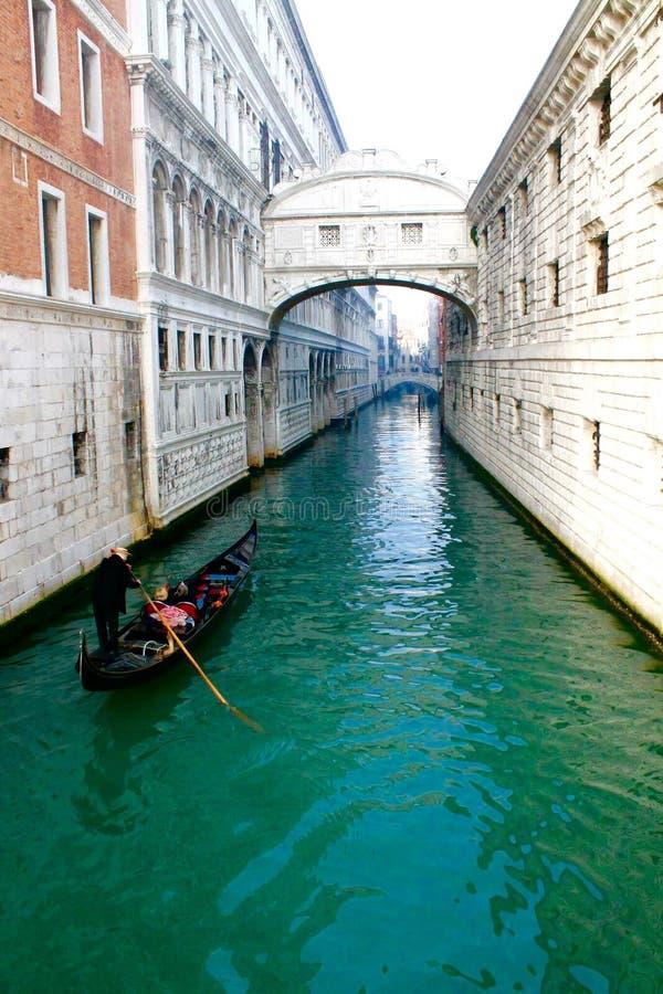 长平底船威尼斯意大利 免版税库存照片