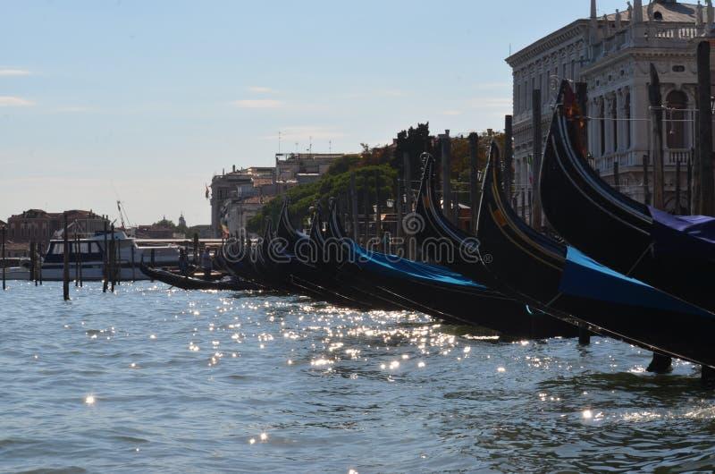 长平底船小船在威尼斯意大利 库存照片