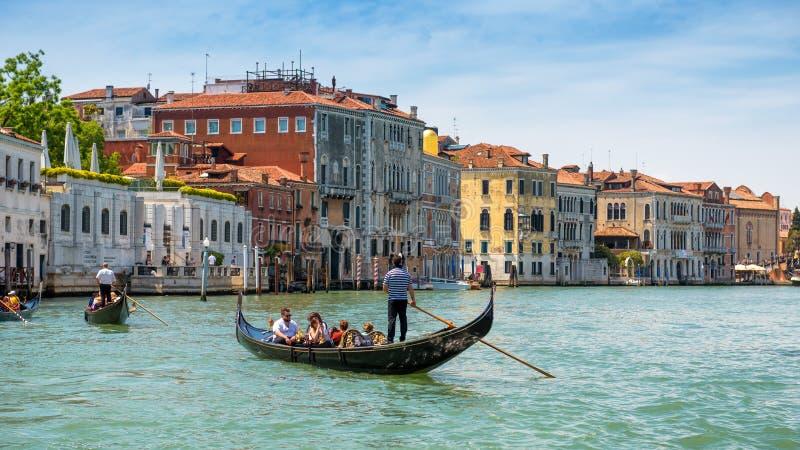 长平底船沿大运河航行在威尼斯 免版税库存照片