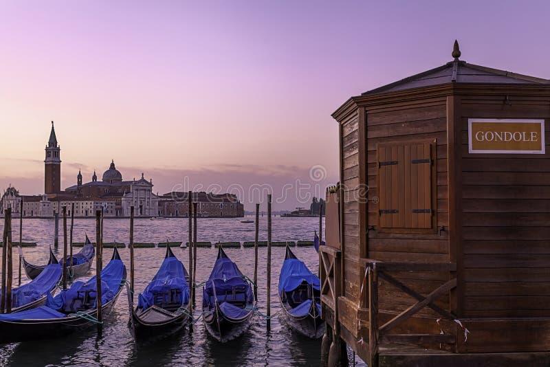 长平底船浪漫风景在威尼斯。 免版税库存照片