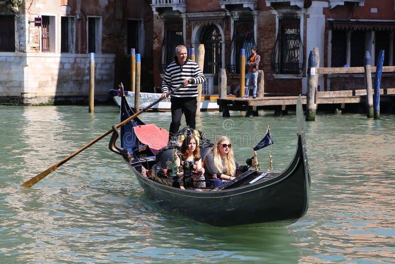 长平底船游览在威尼斯意大利 免版税图库摄影